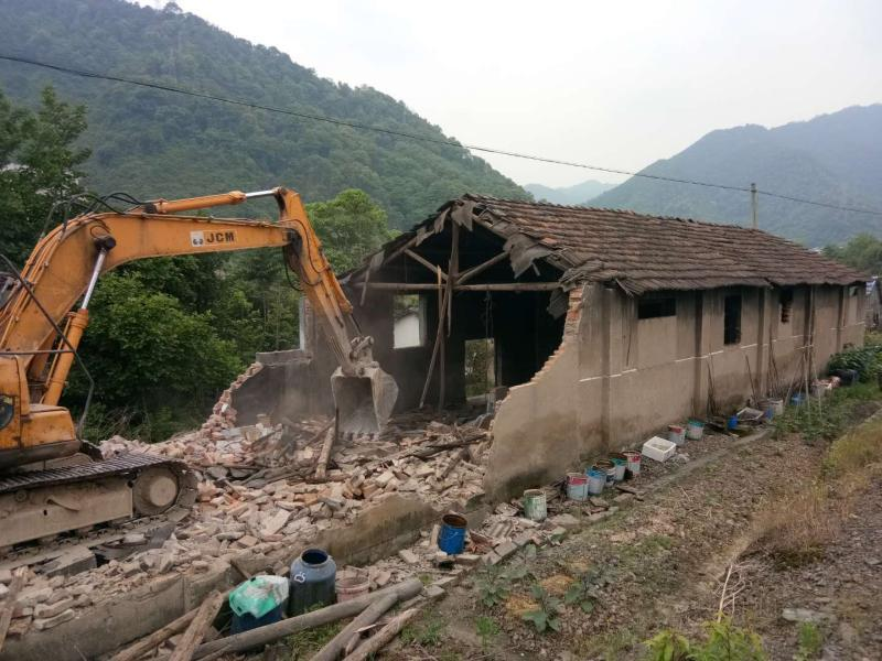 叶家社区拆除一处失管房屋
