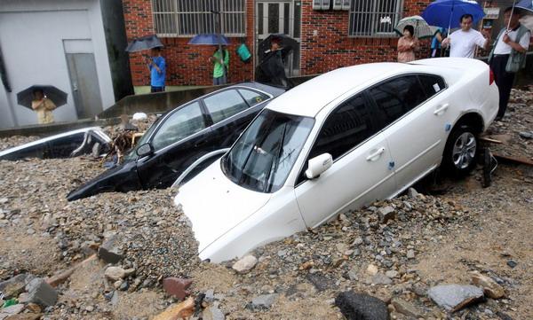 组图:韩国釜山暴雨引发泥石流 (2)