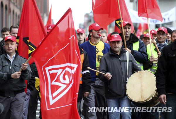 11月5日,在德国黑森州的吕塞尔斯海姆,欧宝汽车公司的员工举行抗议活动。美国通用汽车公司董事会3日决定推翻原定股权出售计划,保留旗下欧宝汽车公司并对欧宝实施重组。欧宝公司在欧洲雇佣的逾5万名员工中有半数在德国。德国相关工会组织和欧宝员工对这一决定十分不满,认为这将导致更多裁员。
