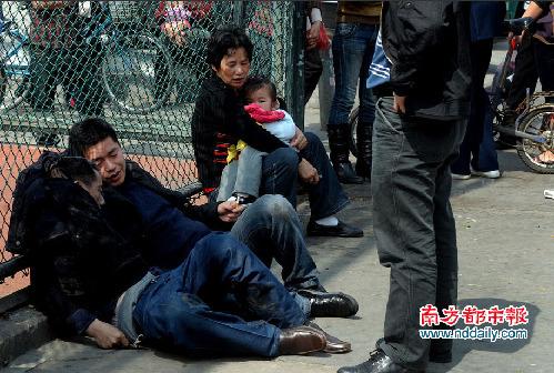 """""""阿爸……""""男子对着父亲说,""""早晨还打电话啊……""""他伸手紧紧攥着父亲的手,不停与父亲说话。"""