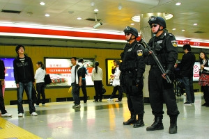 北京地铁首次启用最高级别安保(组图)