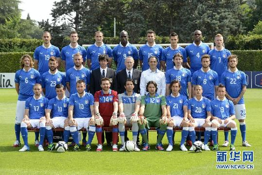 (体育)(24)足球——欧洲杯:意大利队拍摄官方照