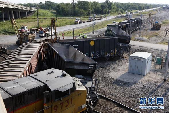 (国际)(1)美国休斯敦发生火车脱轨事故
