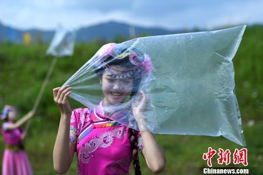 国际臭氧层保护日丽江一景区工作人员行为艺术呼吁环保