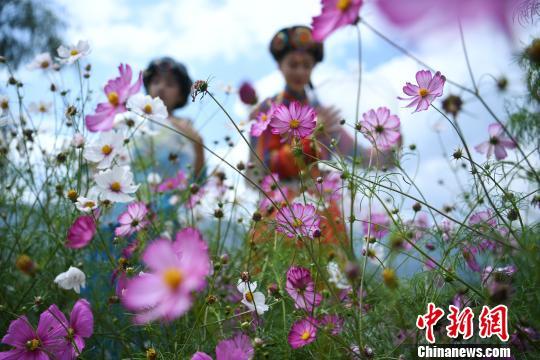 图为景区工作人员在花丛中打包新鲜空气。 陈超 摄