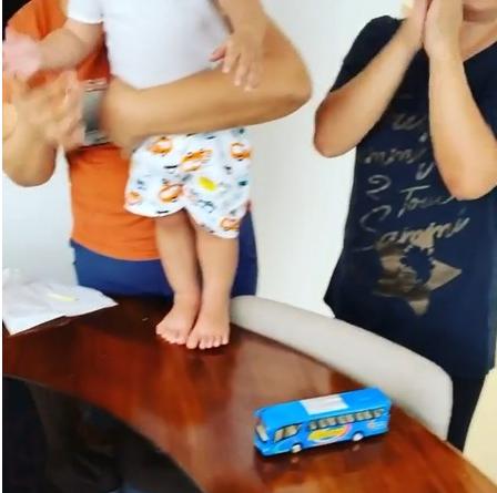 """张柏芝拍视频庆生 小儿子Marcus萌样被玻璃""""出卖"""
